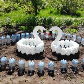 Клумба из пластиковых бутылок своими руками – оригинальные идеи ограждения и примеры оформления клумбы (135 фото)