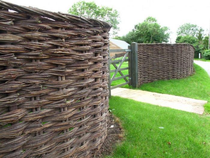 7368f456c07a17 Конечно, плетеный забор мало подходит для защиты территории, но он вполне  годится для разделения внутри участка, а также для украшения цветников и  детских ...