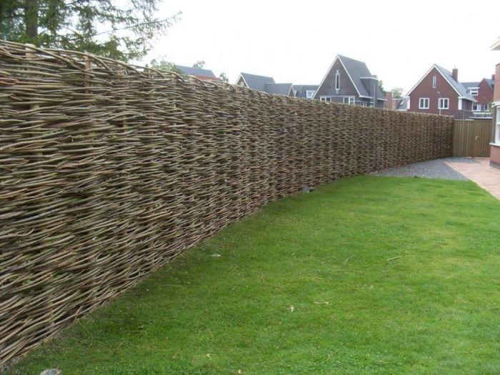 99acbae6643962 Плетеный забор из лозы: как сделать ровный плетень своими руками ...