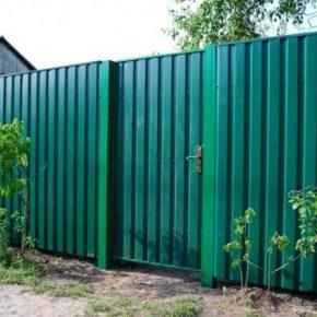 Забор из профнастила: выбор дизайна, варианты установки и идеи по оформлению своими руками (140 фото)